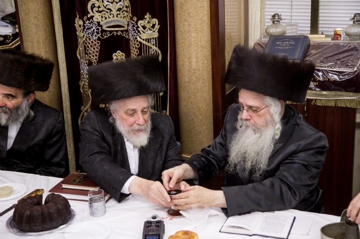 Liska Rebbe picking up the becher for his brother the Hivnover Rov, , היבנוב, ezra friedlander