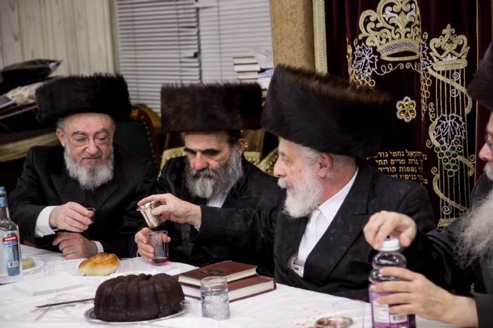 Liska Rebbe with kos shel baracha L-R Reb Duvid Moskovits Rosh Kehillah Skulen - Mechuten of Liska Rebbe, Rav Tzvi Weiss  - Uhely Rebbe, Liska Rebbe, , היבנוב, ezra friedlander